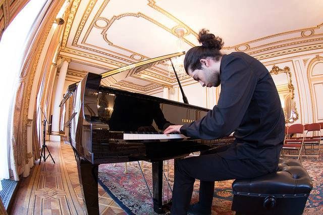 Ashkan-Layegh-Photo-at-the-Piano