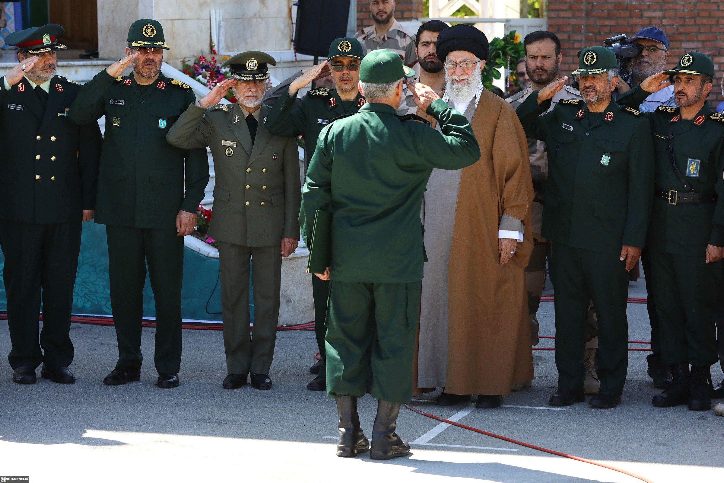Ayatollah_Khamenei_in_imam_Hossein_University_02