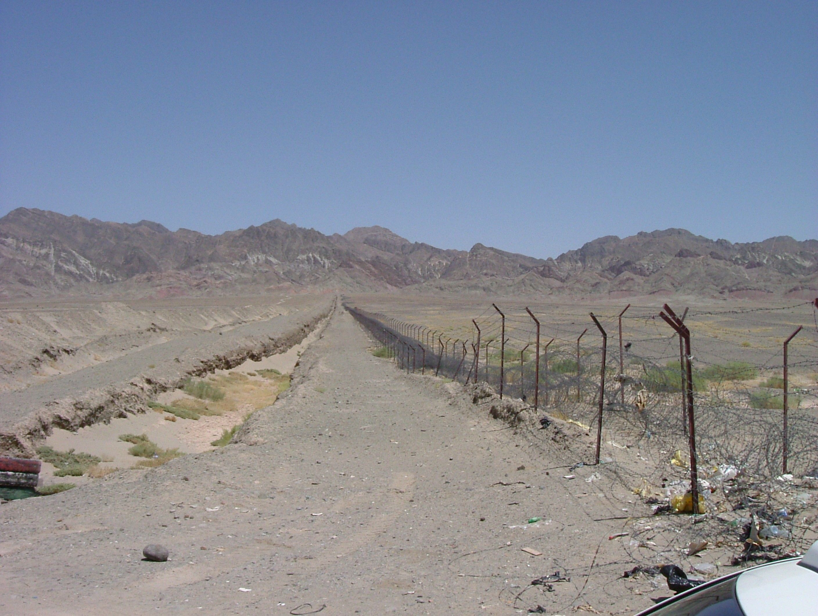 Iran_-_Pakistan_border_-_panoramio