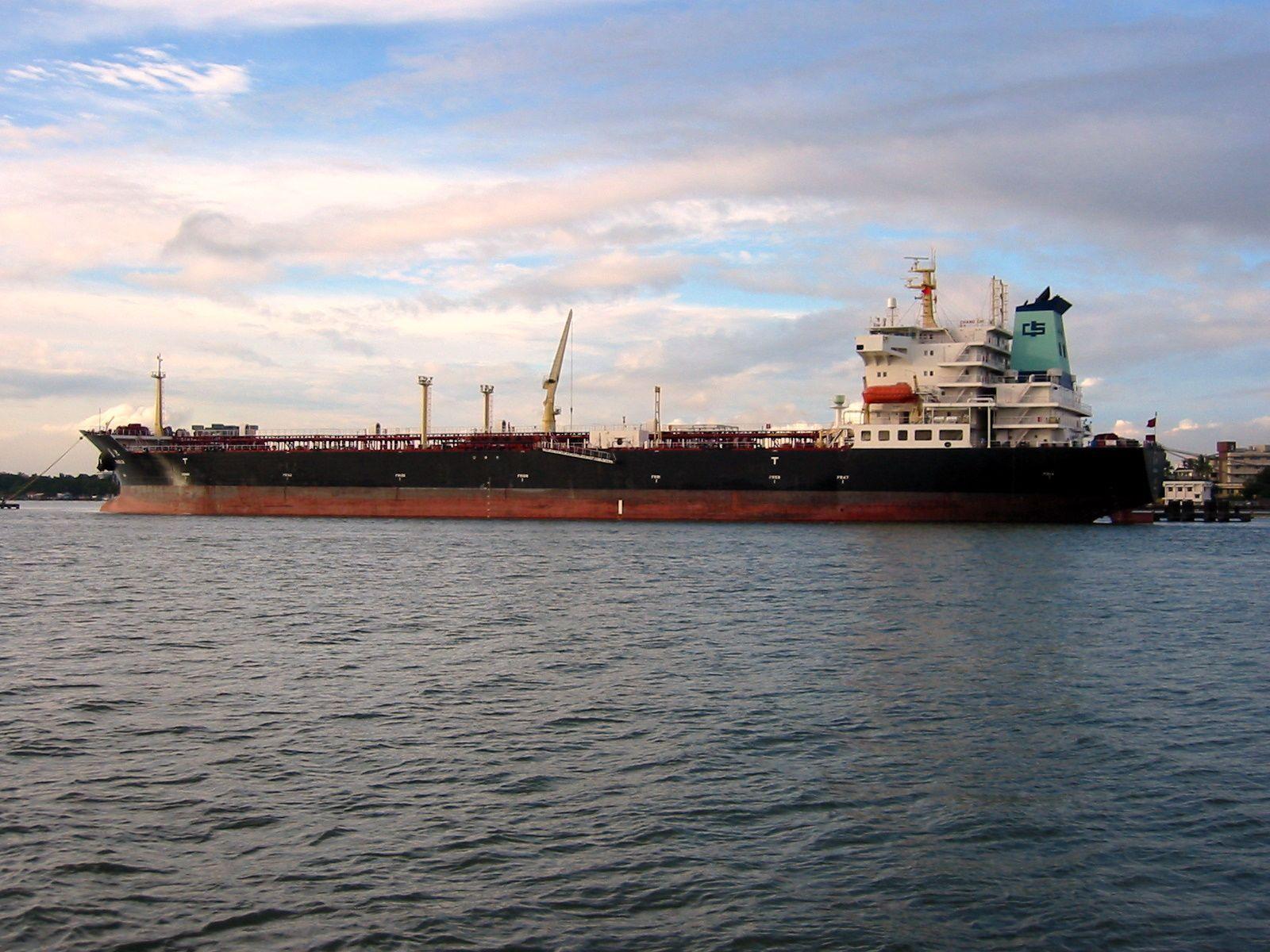 Oil_tanker_in_Japan