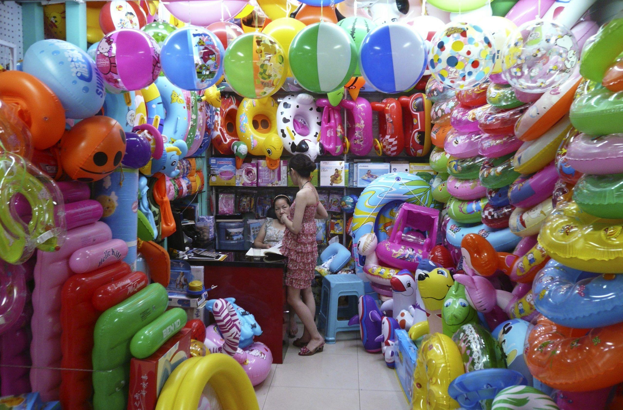2012-07-09T000000Z_376419238_GM1E8790ZXG01_RTRMADP_3_CHINA-ECONOMY-YIWU-scaled