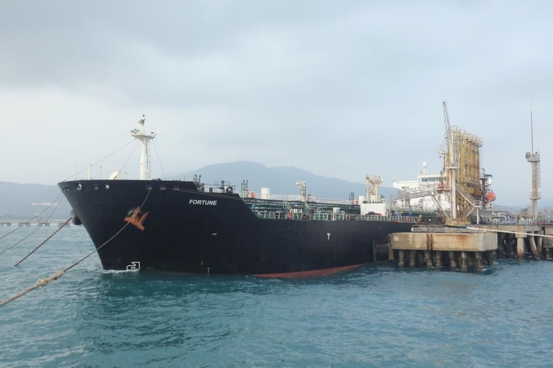 """The Iranian tanker ship """"Fortune"""" is seen at El Palito refinery dock in Puerto Cabello, Venezuela May 25, 2020.   REUTERS./"""