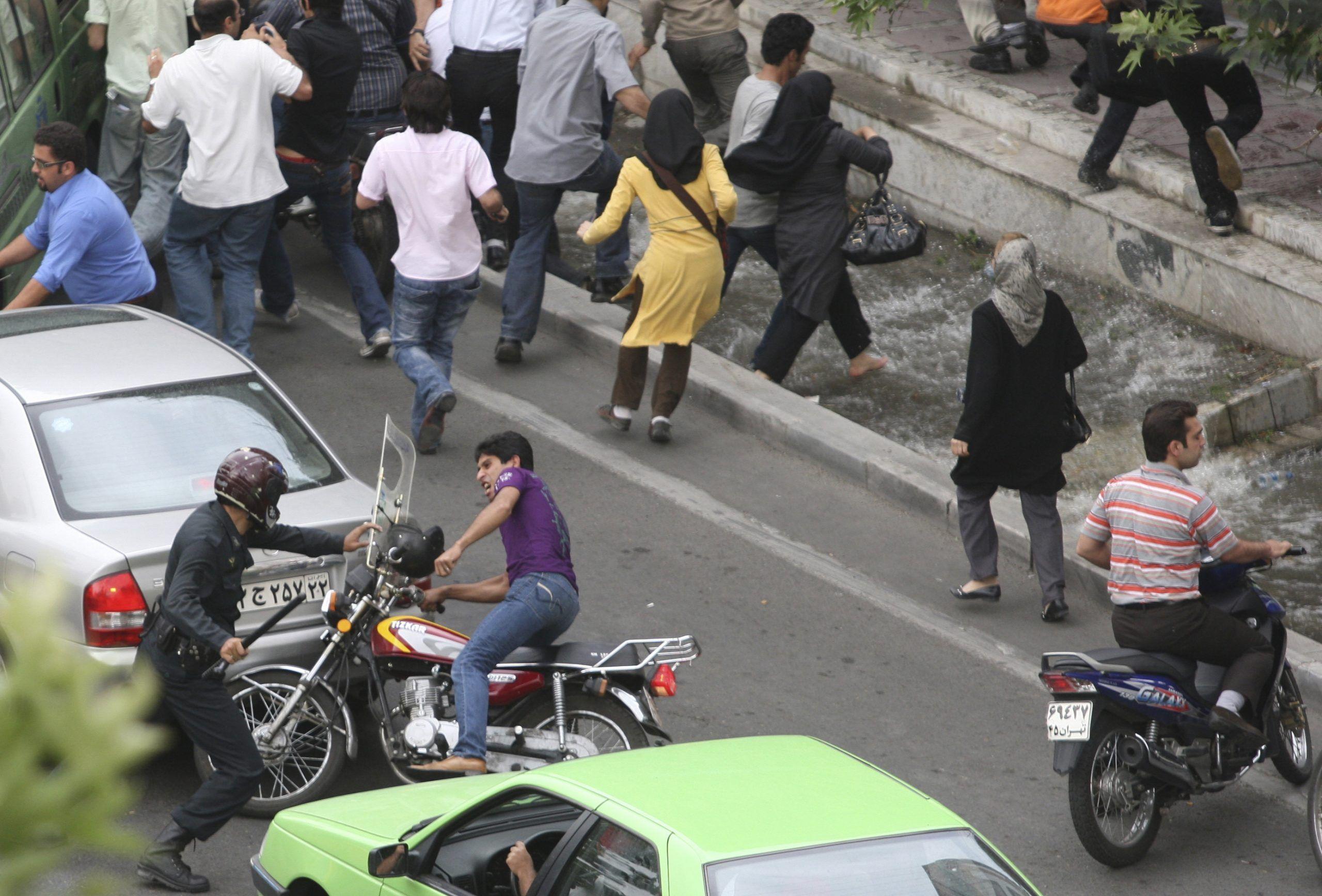 2009-06-14T120000Z_391760358_GM1E56E1NSM01_RTRMADP_3_IRAN-ELECTION-CLASH-scaled